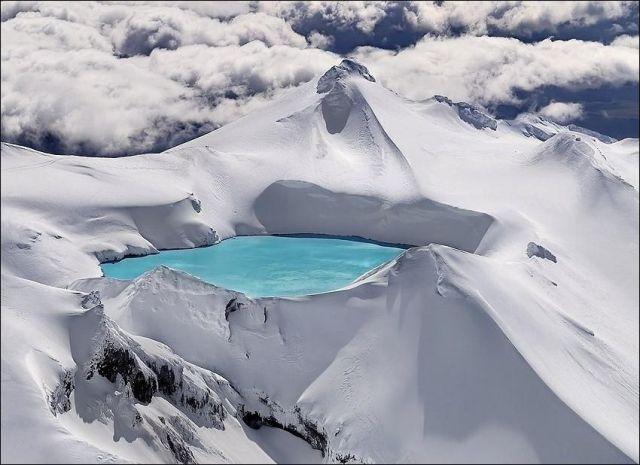 氷河の中の池