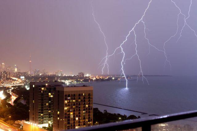 海に落ちる雷