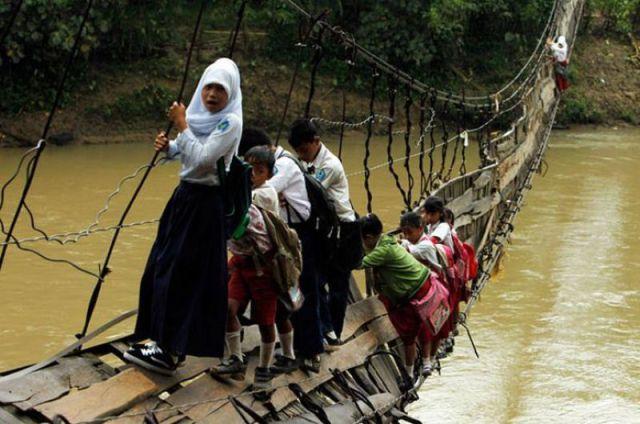 崩れ落ちる吊り橋