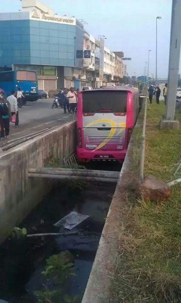 溝にハマったバス
