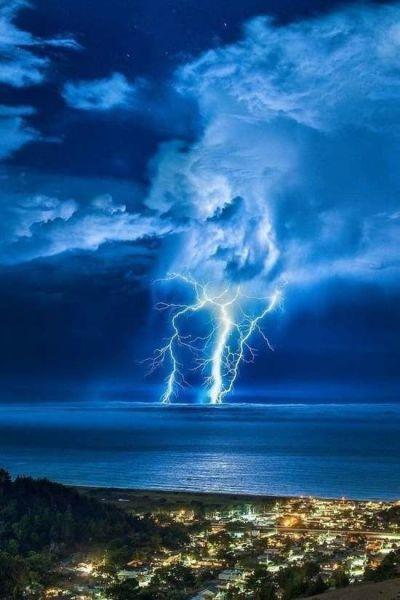 海に落ちる雷1