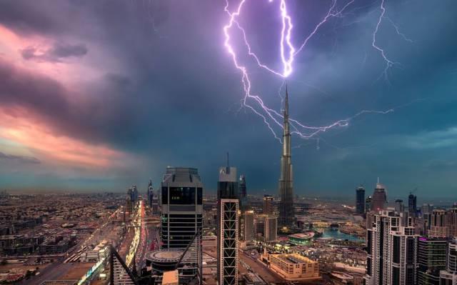 タワーに落ちる雷
